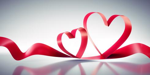 Rote Valentinsherzen auf grauer Spiegelung